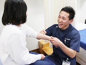 枚方市なつめ鍼灸整骨院の小児鍼施術風景