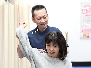 枚方市なつめ鍼灸整骨院の肩こり・頭痛・寝違え施術風景