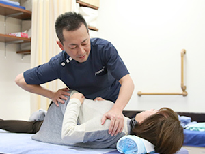 枚方市なつめ鍼灸整骨院の骨盤矯正施術風景
