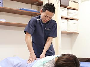 枚方市なつめ鍼灸整骨院の産後骨盤矯正施術風景