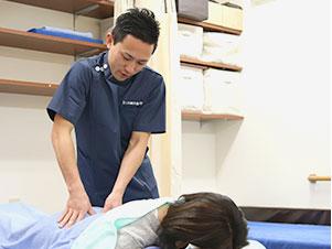 枚方市なつめ鍼灸整骨院の腰痛・ぎっくり腰施術風景